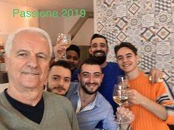 Brillante chiusura del primo anno di attività con Brindisi augurale per un 2020 ricco vincente armonioso sereno divertente e per tutti soddisfacente .                         🍾👍🍕