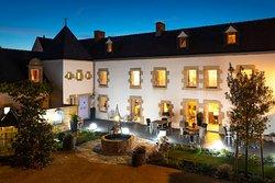 Les lumières du soir éclairent vos pas vers la chambre d'hôtes au Clos du MènAllèn