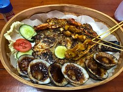 Soooo Delicious! The 3 young and passionate cooks are fighting with the smoke. My boy friend and I decided to go with seafood special for 2 person. All the food are cooked perfectly. Crisp outside and Tender inside! Much better than other fancy seafood restaurant. We had to order other dish to try. The chicken was great also. It was so lucky to find delicious Warung. Definately, want to visit again during my trip. 진짜 존나 맛있어요 꼭 가보세요 두번가요 세번가요 파리가좀많이날리고연기가많이나긴한데그래도진짜존맛이더라구요