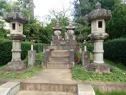 池の東にある勝海舟夫妻の墓