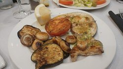 Zwaardvis met gegrilde groenten.