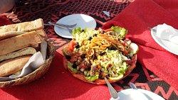 クスクスやサラダ、ビスケットなど、簡素ながら多彩な料理で楽しませてくれます。食後のお茶も楽しみでした。