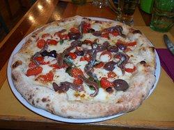 pizza con pomodorini acciughe e olive davvero ottima