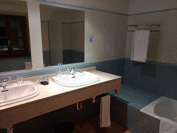 Groß und komfortabel - aber wir brauchen keine 2 Waschbecken im Urlaub. Ein Kosmetikspiegel wäre mir wichtiger gewesen. ;-)