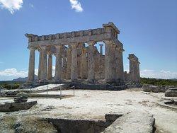 Остров Эгина, это остров с богатейшей и древней историей. Когда-то давно, много веков назад, он был одним из самых сильных и известных среди остальных островов Греции. Это было практически государство в государстве. Мощная держава занималась торговлей, чеканила свою монету. Однако со временем о. Эгина стала обычным островком из множества таких же, как она. Сегодня, побывав здесь, вы сможете посетить знаменитый храм Афеи, а также в монастырь Святого Нектария.