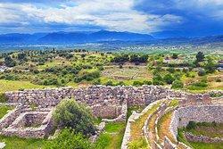 Древний г.Микены, безусловно, был одним из крупнейших и важнейших центров микенской цивилизации. Согласно преданиям, его основал Персей – сын Зевса, герой, одержавший победу над Медузой Горгоной. Мощную городскую стену возвели циклопы. С тех пор кладку стен, выполненную при помощи больших необработанных каменных глыб, называют циклопической. Самый известный факт о Микенах состоит в том, что именно здесь жил великий греческий герой Агамемнон, предводитель всего эллинского войска в войне с Троей.