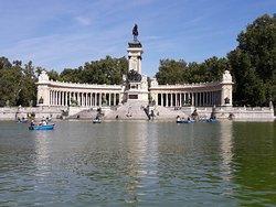 Lago del Retiro con il Monumento ad Alfonso XII