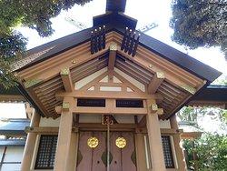 新しい神社と思われるピカピカな社殿。 古さが素敵な神社が好きですが、ここのモダンな建築様式も良いかも。