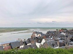 Baie de Somme - depuis les hauteurs de Saint-Valéry, les toits & la baie au loin, vue 1