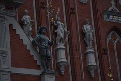 Rzeźby zdobiące elewację.