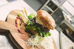 Burger miesiąca   Kleofas Burger   Bułka Camembert Żurawina Wołowina Czerwony Coleslaw Roszponka Mus dyniowy z odrobina cynamonu