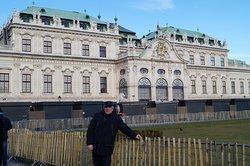 На фоне верхнего дворца