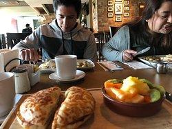mis hijos y mi desayuno ...tuve que romper la dieta del kiwi donde como de todo menos kiwi