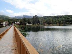蓼科湖は周囲約1キロメートルほどの小さい人造湖で標高1250mの高地にあり穏やかな湖面はとてもキレイです。