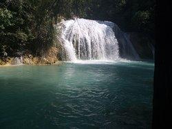 Cadena de cascadas que forman las corrientes del río San Vicente en la abrupta topografía del territorio del municipio de Tzimol, Chiapas, México.