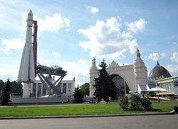 Павильон Космос и ракета Восток
