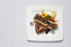 Duett vom Schweizer Rind (Knochen & Filet) mit Petersilienwurzel und Schalotten-Confit