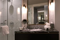 LondonHouse Chicago, Curio Collection by Hilton, 85 E Wacker Drive, Chicago - Room 1909 - Bathroom w/ Single Sink and Walk-in Shower