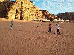 Sfida a pallone nel deserto davanti al camp