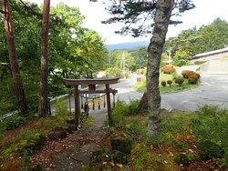長野県茅野市の横谷峡の入口のような場所に鎮座する神社。
