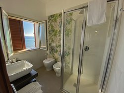 bathroom of the superior Room with sea view