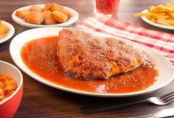 Delicioso filé mignon recheado e empanado, coberto com queijo derretido, molho de tomate e orégano.  Tudo à vontade! Prato e acompanhamentos.
