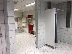сломанный потолок в душевой и душ для лиц с ограничениями передвижениями