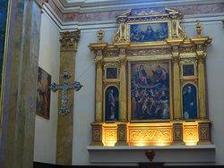 La struttura posta sulla parete di fondo che racchiude alcuni dipinti e che nella forma potrebbe ricordare la parte superiore di un altare maggiore