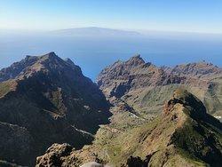 ve středu vesnička Masca,na horizontu ostrov La Gomera