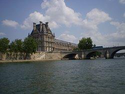vista del Museo del Louvre desde el Río Sena