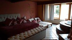 a pousada é muito bem montada, bem localizada, bem decorada, quarto excelente (suíte Carícia)