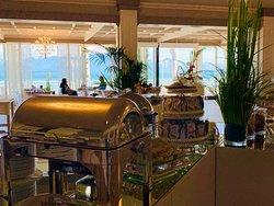 Colazioni all'Italiana e Internazionale, Buffet aperto a tutti dalle 7,30 alle 10 e Lounge Bar aperto anche per una colazione semplicemente a consumo disponibile a tutti i clienti sia dell'Hotel che esterni,  tutti i giorni.