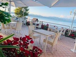I tavolini in terrazza per un Drink, il Brunch, un Pranzo o una Cena in riva al Lago di Garda (Brescia)