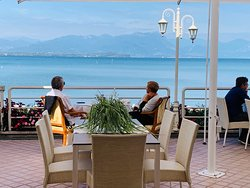 La ricorrenza speciale per due... il relax di poter rimanere a godersi il rumore delle onde del lago in totale tranquillità...
