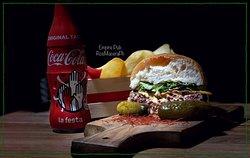 Regina Vittoria: Hamburger, cetrioli, cheddar, pomodoro tondo, bacon, misticanza