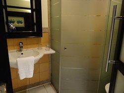 lavabo et douche de la plus petite chambre 3111