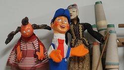 Nuestra tienda-taller está repleta de marionetas y objetos de artesanía. Ven a ver sus rincones!