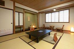 和室10畳のスタンダードルームで、4名様までご利用いただけます。海側のお部屋なので、景色も楽しんでいただけます。