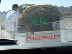 Le 4X4 du diving center transporte Nos Boxes sur le 2ème site de Plongée au Blue Hole