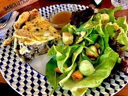 Torta de cogumelos com cream cheese e salada Morgana