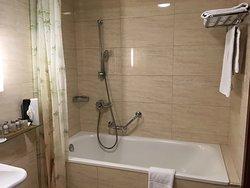 Bezbariérová koupelna s vanou, bezbariérová sprcha chyběla. Odporný závěs.
