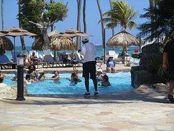 Vista de las actividades recreativas en la piscina del hotel