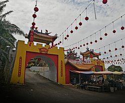 Wan Loong Temple: fruit seller at the gate