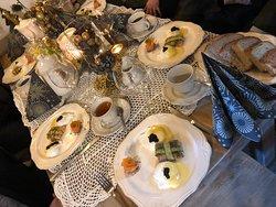 Pieknie nakryty stół do sniadania