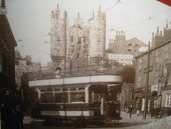 Ausstellung im Castle Museum: Erhabenes Stadttor, damals noch  Tram mit Terrasse.