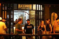 Cervejaria ao fundo do bar