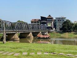 Aussicht auf den Fluss mit der alten Brücke