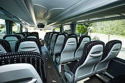contamos con vehículos desde 24 hasta 78 plazas, todos ellos equipados con: -Amplias escaleras de entrada, señalizadas y con pasa manos -Vehículos con acción de arrodillamiento para bajar la carrocería y facilitar la subida de los pasajeros -Asientos ergonómicos, cómodos y reclinables -Cinturones de seguridad en todos los asientos -Luz individual -Salidas individuales de aire climatizado -Sistema de megafonía interior -Maleteros de gran capacidad para el transporte de equipajes -EBS sis