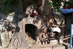 Angolo nord est di Durbar Square, albero con tempietto