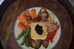 Queso frito con verduras y mermelada de arándanos
